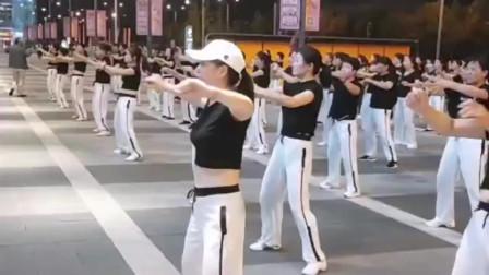 广场舞也有年轻人在跳,这步伐也是一道亮丽的风景!