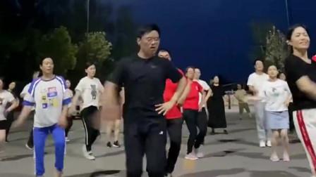 广场舞的新秀,男人只要是妖娆起来,女人根本比不了!
