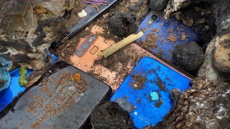 小伙垃圾堆捡到一堆废旧手机,带回家翻新后,网友:价值翻倍!