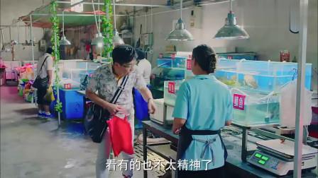 抠门男买鱼,趁卖鱼大妈不注意,偷偷把活鱼弄死再买