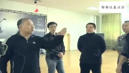 大师展示八极拳的绝技,前面有人似无人,不给对手机会