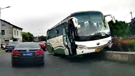 交通事故合集:雨天路滑漂移过弯,头文字D都不敢这么拍