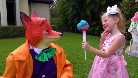 国外儿童时尚,小萝莉送狐狸先生冰淇淋,太开心了