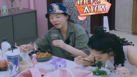 姐姐大口吃泡菜炒饭,王菊只能吃一盘水煮茼蒿,连汤汁也要喝光光