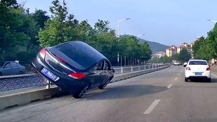 交通事故合集:好任性的右侧超车,遇见大货车变道就悲剧了!