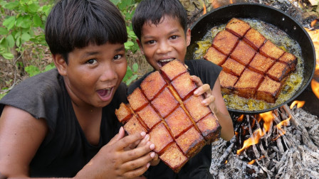 熊孩子野外捡到超大块猪肉,放进油锅里炸,网友:口水止不住了!