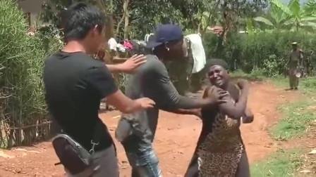 非洲女人真厉害,不知道小哥哥怎么惹到你了,上去就是一顿揍!