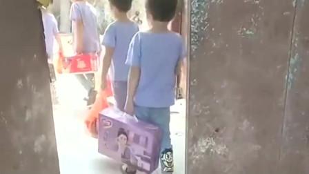 四胞胎姥姥赶不回去了,今天带着菜来了,一个人手里一份礼物