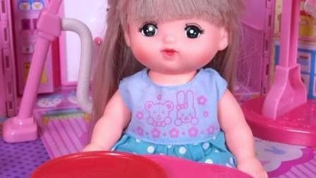咪露妹妹整理床铺