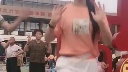 美女跳起的广场舞时尚又美丽,优美的舞姿轻松自如