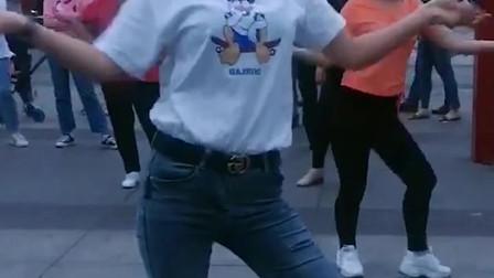 最美的广场舞女神领跳广场舞,轻松的舞姿时尚动感