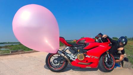 将气球套在摩托车排气管上,一把油门拧下去,玩的就是心跳!