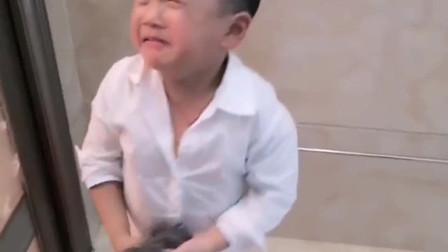 儿子帮爸爸搓澡被训,当看到儿子手中的工具!突然有点心疼老公了!