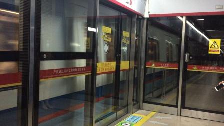 2020年7月21日,本务广州地铁集团,广州地铁5号线L2型(05x043-044)号列车执行(滘口-文冲)交路,本车在珠江新城关门出站。