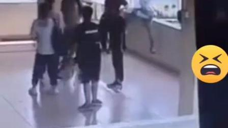 男孩模仿科比后仰跳投直接翻过栏杆坠楼!#科比@河南都市爆料