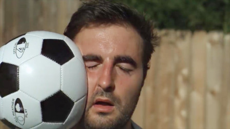 国外小伙将足球砸向脸部,放慢动作观看会是什么样子呢?