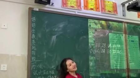 你还记得你读书的时候那个能歌善舞的同学吗?