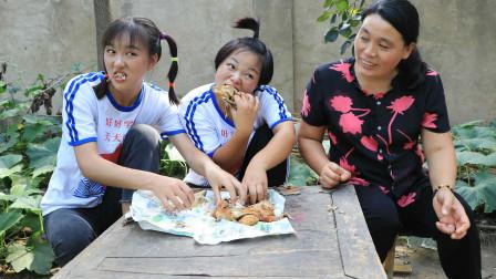 欢欢的有趣童年短剧:妈妈去县城给姐妹俩买了烧鸡,姐妹俩看到烧鸡可开心了,真有趣