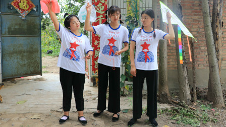 欢欢的有趣童年短剧:妈妈给姐妹俩用塑料袋做风筝,俩人玩的真开心!真是太有趣了
