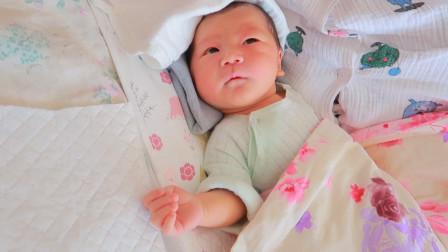 爸爸模仿宝宝打嗝,宝宝一脸茫然不知所措,一旁的妈妈表情太可爱
