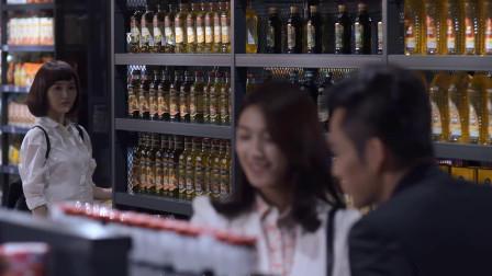 美女逛超市遇到初恋,他在陪别的女孩逛超市,她顿时慌乱极了!