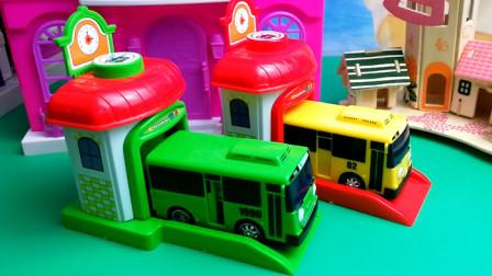 泰路小公交车接小猪佩奇汪汪队上学