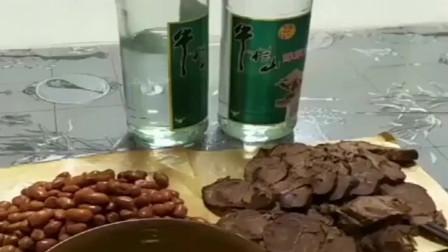 半斤花生米再加半斤牛肉,两瓶白酒就是我的人生巅峰,我还缺什么?