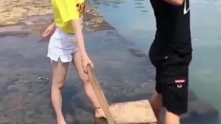 别人都是和哥们去钓鱼,他非要带女朋友,这下结局尴尬了吧!