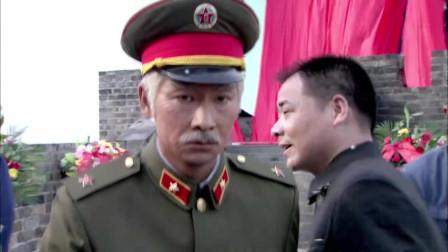 铁血红安:孤寡老兵独坐街头,首长见到立马下车,竟是抗日战友