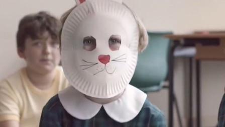 女孩带兔子面具上学被嘲笑,但摘下面具后,同学们竟都愣住了!