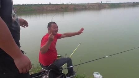 平时不让钓的鱼塘,今天收费100块钱半天,小曼也算过了手瘾了