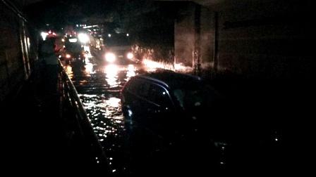扶风科技工业园绛帐镇东西闸口昨晚又积水了,又淹死了一辆车,不知政府有