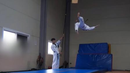 空中飞人! 21岁男子平地跃起 踢碎4米高处木板