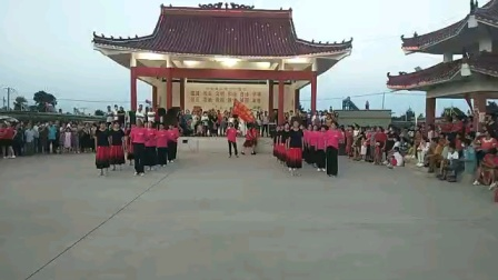 满山红叶舞队双人舞:走进新时代