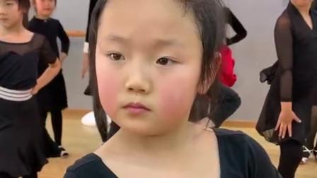 跳拉丁舞的小姑娘,连表情都在跟着跳舞变化,原谅我不厚道的笑了