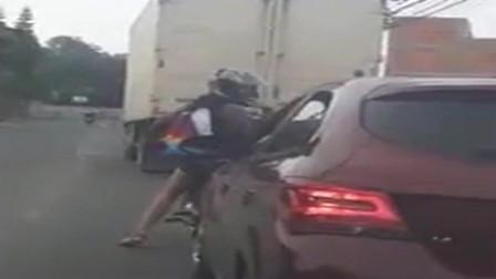 路怒症,摩托车女子是对小车开枪还是掰后视镜