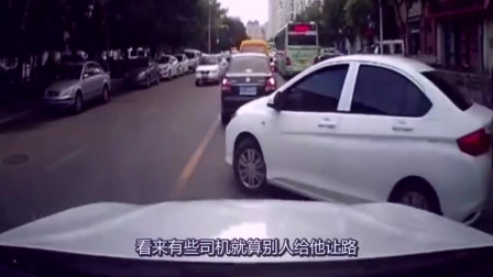 嚣张白车强行加塞,后车本想忍气吞声,结果老天爷都看不下去了。