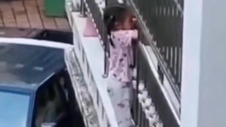 勇敢的无名小伙,脚蹬人字拖徒手救助在护栏外3岁女童一命,满满的正能量!
