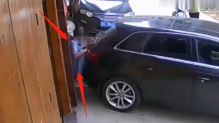隔着屏幕都感觉疼!司机倒车误踩油门,将老人撞在墙上