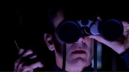 """电影《野人来袭》:男子用望远镜""""偷看""""女孩,却意外发现可怕野人"""