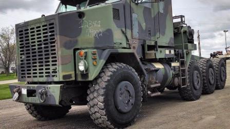 最大输出功率达550马力,这款重型装甲运输车,直接将坦克车撞翻