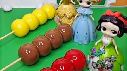 给公主们分糖葫芦了,结果这是假的啊,贝儿的牙都快要被磕掉了