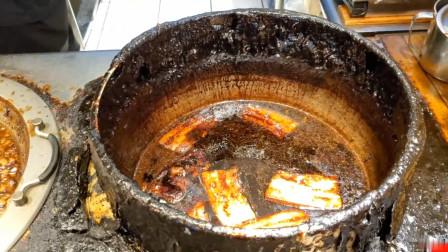 看看这个卤肉的锅,60年没洗过,满满的历史感,卤肉饭味道一绝