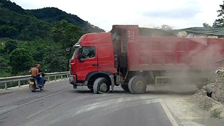 交通事故合集:乡村小路弯道会车,不会鸣笛减速结果悲剧了