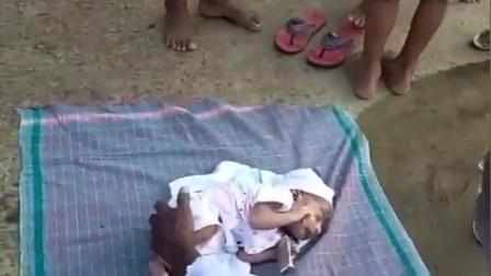 印度贫民窟女婴的百日宴,家人会分发食物给别的孩子,愿他们健康成长