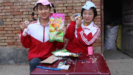 欢欢的有趣童年短剧:欢欢姐妹在小卖铺买了玩具大礼包,大礼包拆出来好多礼物