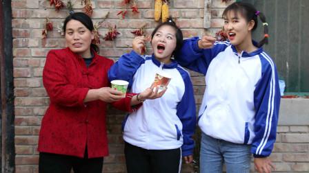"""欢欢的有趣童年短剧:妈妈给姐妹俩买了果冻,果冻加上""""调料""""真好吃!妈妈真好"""