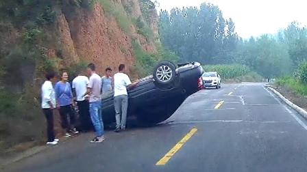 交通事故合集:新手上路不观察路况,副驾驶绝望了