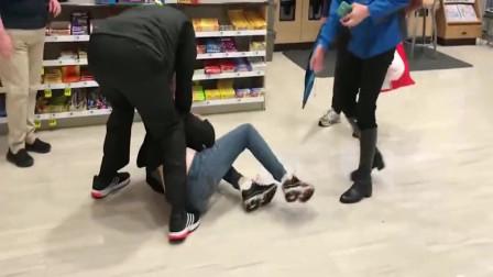美国超市抓住女小偷,男员工毫不留情,监控拍下可耻一幕