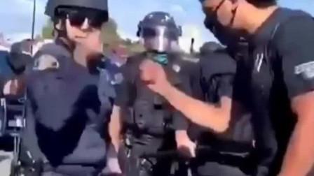美国警察夺走抗议者手机,反遭一拳打晕,当场被抬走